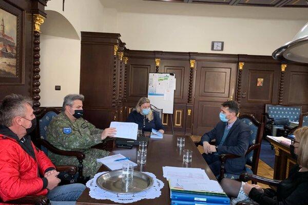 Za účasti príslušníkov ozbrojených síl, regionálneho úradu verejného zdravotníctva a okresného úradu prebiehal výber miest na plošné testovanie.