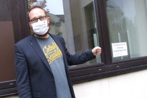 Prednosta Martin Horák pri okne radnice, cez ktoré budú vydávať certifikáty.