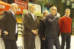 Ján Kováčik sa prihovoril divákom a aktérom finále. Zľava Š. Korman (predseda ObFZ v Nitre), M. Murčo (šéf firmy Moget), L. Gádoši (predseda ZsFZ) a J. Dvonč, primátor Nitry.