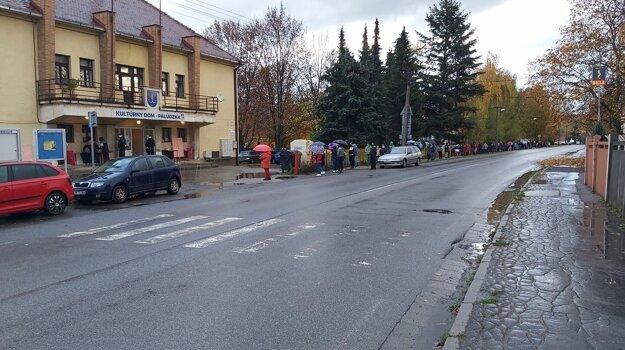 Pred kultúrnym domom v lipovskomikulášskej mestskej časti Palúdzka ráno stálo cez 150 ľudí.