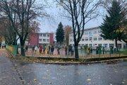 Na odbernom mieste na Tomášikovej ulici sa tiež od rána tvorili rady. Hýbu sa však rýchlo.