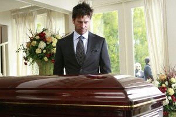 Muži zomierajú častejšie pri samovraždách, pádoch a nehodách.