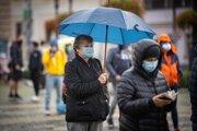 Ľudia čakajú na plošné testovanie v Bratislave.