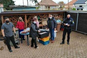 Primátorka Topoľčian Alexandra Gieciová bola so svojim tímom rozviezť obedy dobrovoľníkom a zdravotníkom v meste Topoľčany.
