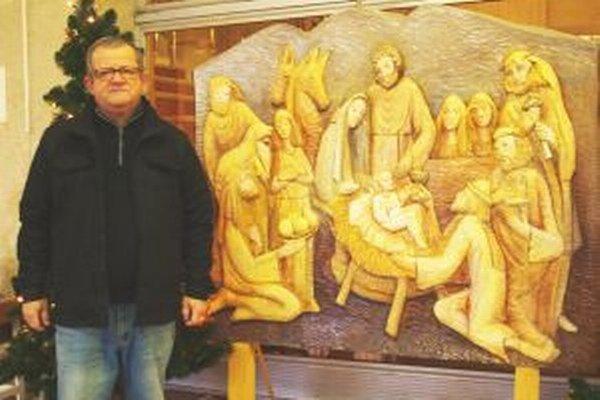 Autor Miroslav Polák so svojím betlehemom vo vestibule nitrianskej radnice.
