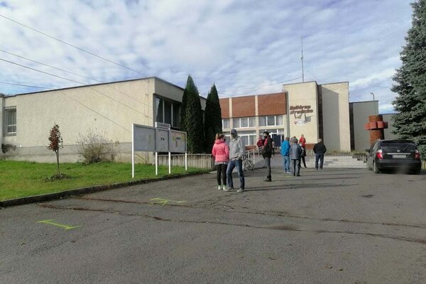 Situácia pred testovacím miestom v H. Nemciach okolo 13:30 aj s nakreslenými rozostupmi.