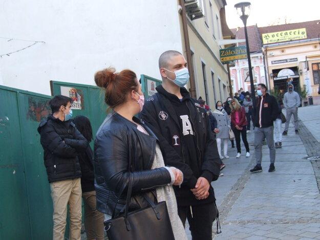 Ľudia čakajú na testovanie pred synagógou.