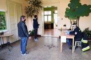 Podľa primátora Gelnice stihne jedno odberné miesto za hodinu otestovať približne 40 až 50 ľudí.