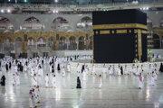 Začiatkom októbra Saudská Arábia v rámci postupného otvárania Mekky opäť obnovila vstup do areálu Veľkej mešity, a to pre približne 6000 pútnikov denne, Saudskoarabov alebo cudzincov žijúcich v krajine.