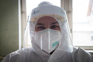 Romana Čabajová je Liptáčka. Pracuje ako zdravotná sestra v Bratislave a cez víkend prišla domov pomôcť.