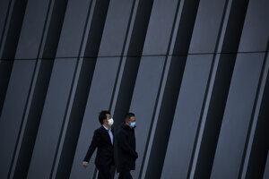 Ľudia s rúškami v čínskom Pekingu.