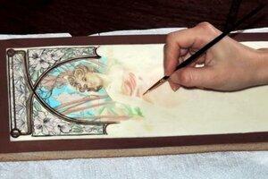 Andrea namaľovala Muchove diela na medovníkové cesto.