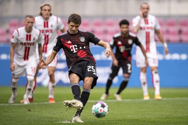Thomas Müller premieňa penaltu v zápase s Kolínom nad Rýnom.