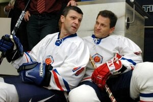 Anton Šťastný (vpr.) s bratom Petrom počas exhibičného zápasu legiend bratislavského Slovana