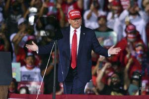 Donald Trump v priebehu predvolebného zhromaždenia na Floride.