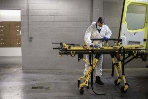 Zdravotník sa pripravuje na výjazd z nemocnice MontLegia v belgickom Liege.
