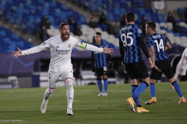 Sergio Ramos (vľavo) oslavuje gól.