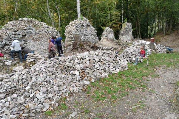 Aj tento rok pracovali dobrovoľníci na záchrane historickej pamiatky.