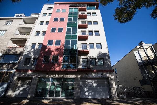 Šieste poschodie stavby na rohu ulíci Vajnorskej a Odbojárov využíval Norbert Bödör na pracovné schôdzky.