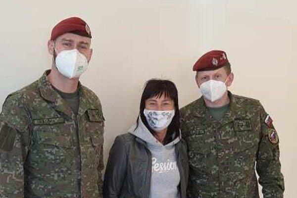 Hlavný poddôstojník Ozbrojených síl SR, štábny nadrotmajster Marcel Kaniak (vpravo), v strede starostka obce Renáta Majchráková.
