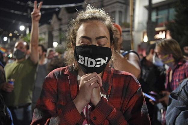 Alyssa Oemlenartová plače po tom, čo Joe Biden zvíťazil v prezidentských voľbách.