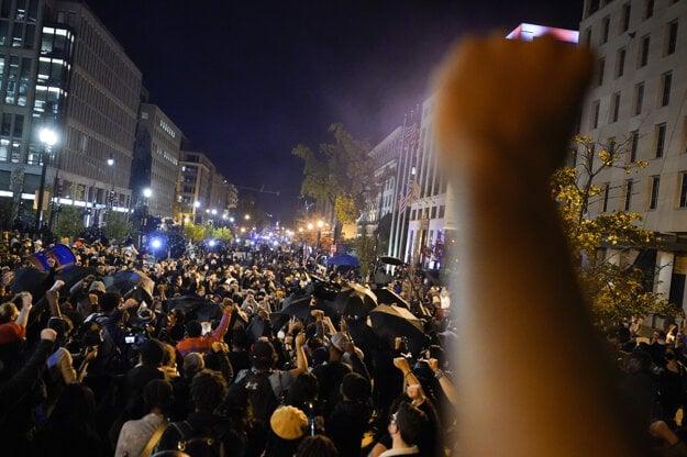 Podporovatelia demokratického kandidáta Joea Bidena, ktorý sa stal víťazom amerických prezidentských volieb, oslavujú jeho triumf vo Washingtone.