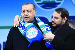Na archívnej forografii z apríla 2017 je turecký prezident Recep Tayyip Erdogan (vľavo) a jeho zať a vtedajší minister energetiky Berat Albayrak.