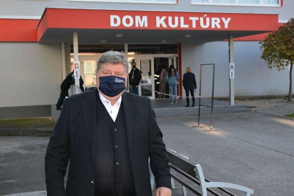 Starosta Solčian Juraj Soboňa pri odbernom mieste vSolčanoch.