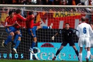 Luis García strieľa hlavou prvý gól do siete slovenského brankára Kamila Čontofalského v baráži MS 2005 v Madride.