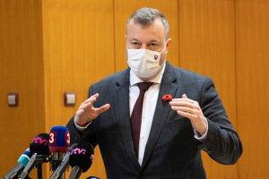 Minister práce, sociálnych vecí a rodiny Milan Krajniak pred rokovaním vlády.