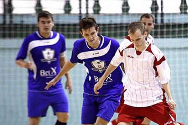 Patrik Zaťovič (druhý zľava) strelil jeden z gólov MFsK. Vľavo Peter Peciar.