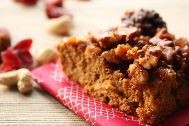Orechovo-medový koláč s karamelom