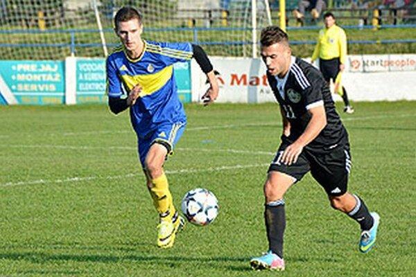 Vráble hrali s Veľkým Mederom 1:1. Vľavo autor domáceho gólu Tomáš Šlachta, vpravo Tomáš Szöllös.