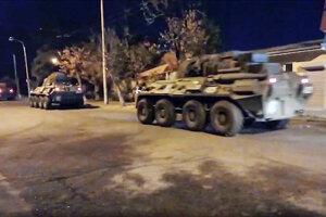 Ruskí mierotvorcovia a ich armádne vozidlá počas presunu z letiska v Jerevane.