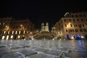 Španielske schody a prázdne námestie v centre Ríma 6. novembra večer.