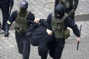 Zadržanie protestujúceho v Bielorusku.