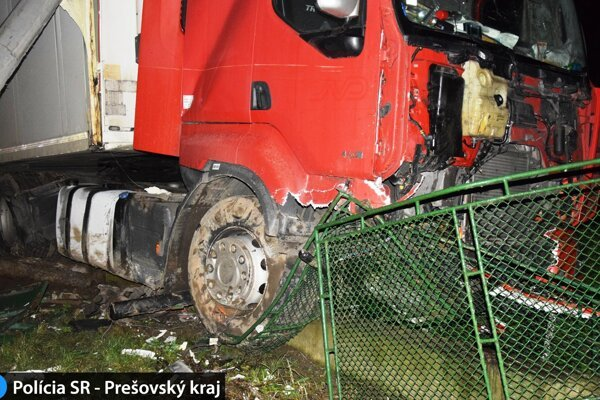Kamión zastavili až ploty rodinných domov.