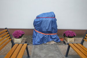 Pamätník pri obecnom úrade v Jelenci.