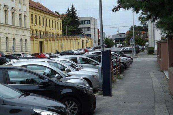 Cintorínska ulica, sporný úsek medzi Štúrovou a odbočkou na Osvaldovu.