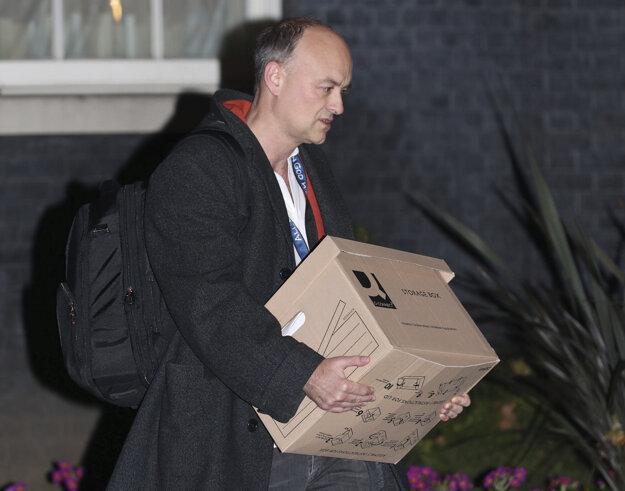 Hlavný poradca britského premiéra Borisa Johnsona Dominic Cummings opúšťa londýnske sídlo premiéra na ulici Downing Street.