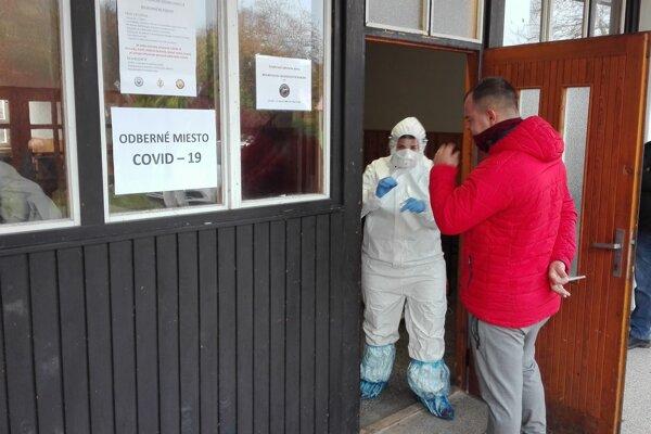 Obce zabezpečili pre personál aj ochranné oblečenie.