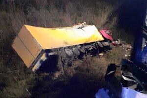 Kamión po páde z mosta.