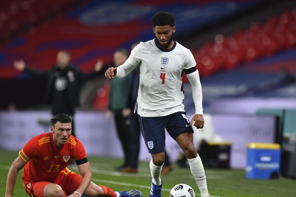 Joe Gomez (vpravo) v drese anglickej futbalovej reprezentácie.