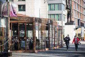 Zasklená terasa jedného z podnikov na bratislavskom nábreží