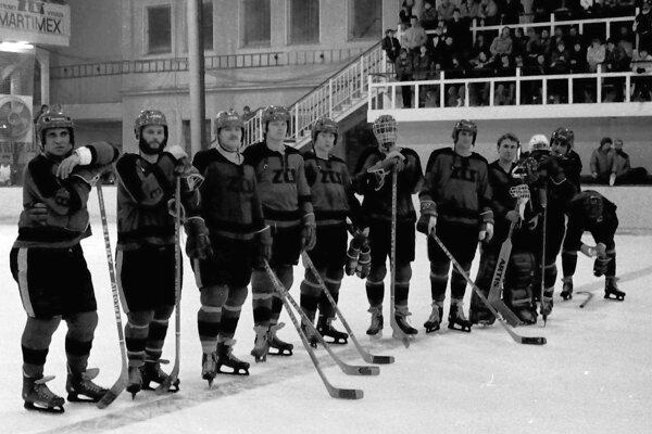 Komanda ZŤS Martin na modrej čiare. Foto je zo zápasu proti Slovanu Bratislava.