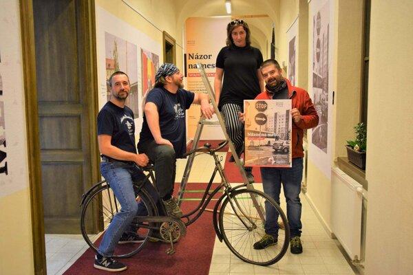 Členovia neformálneho združena Hyena fotoklub s vedúcou Mestského múzea Andreou Moravčíkovou v Lučenci počas inštalácie aktuálnej výstavy.