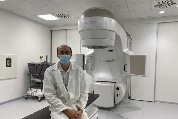 Primár onkologickej kliniky Branislav Bystrický pred novým lineárnym urýchľovačom.