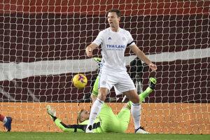Jonny Evans prekonáva vlastného brankára Kaspera Schmeichela počas zápasu Liverpool - Leicester.