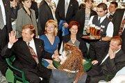 Medzi prominentných návštevníkov kaviarne patril aj Václav Havel s manželkou.