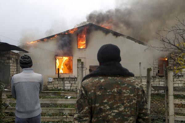 Nič nemôže ostať pre Azerbajdžancov. Arméni pália svoje domovy.